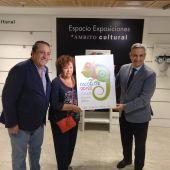 El Dr.Soler posa con el cartel ganador junto a la autora del mismo, Isabel de la Iglesia Fernández