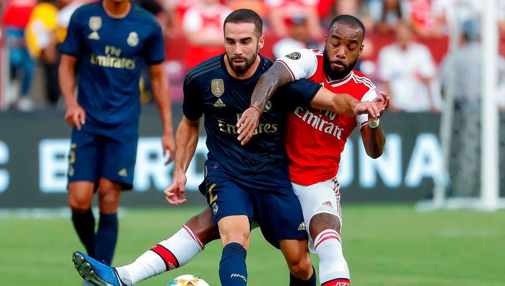 El jugador del Real Madrid Dani Carvajal y el jugador del Arsenal Alexandre Lacazette durante el partido de la Internacional Champions Cup