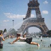 Un grupo de personas se baña en las fuentes del Trocadero de París en plena ola de calor