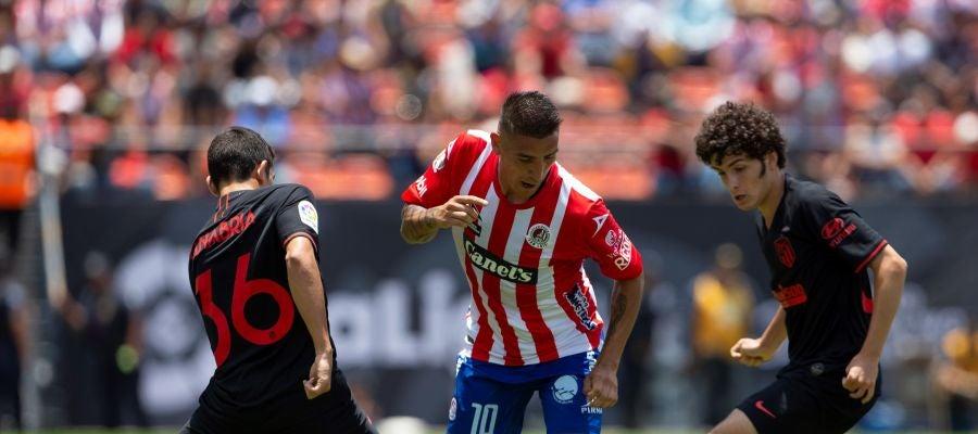 Ricardo Centurión de San Luis disputa el balón con Juan Manuel Sanabria y Sergio Camello de Atlético de Madrid