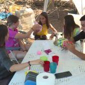 Un grupo de jóvenes jugando en la mesa de un camping