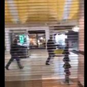La persecución de los agentes de seguridad al sospechoso del tiroteo en el centro comercial Walmart de El Paso, en Texas