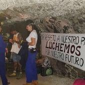 Algunos de los vecinos encerrados el año pasado en la mina de Almaden