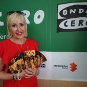 La pintora Inés Serna con su abanico