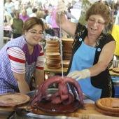 Una pulpeira muestra uno de los pulpos cocidos durante la Festa do Pulpo de O Carballiño