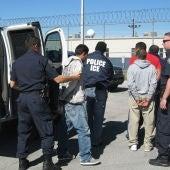 Autoridades de inmigración detienen inmigrantes indocumentados.
