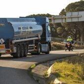 Agentes escoltan un camión que transporta combustible en Portugal durante la huelga de conductores de mercancías peligrosas