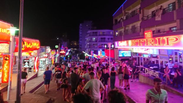 Baleares expulsará a los turistas que hagan balconing y prohíbe el turismo de borrachera