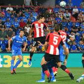Jugadores del Athletic y Getafe pelean un balón aéreo