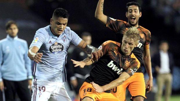 Gabriel Fernández lucha un balón con Wass