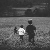 Imagen de archivo de niños jugando