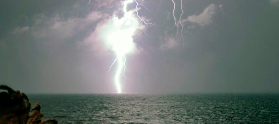 Tormenta eléctrica en la playa de Arenales del Sol de Elche.