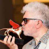 Pedro Almodóvar besa su León de Oro honorífico en Venecia