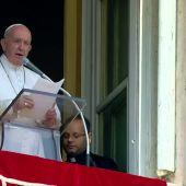 El papa Francisco es rescatado por los bomberos tras quedarse 25 minutos atrapado en el ascensor