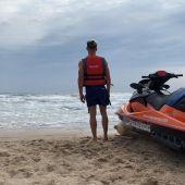 Un socorrista junto a una moto acuática de salvamento en una playa de Elche..