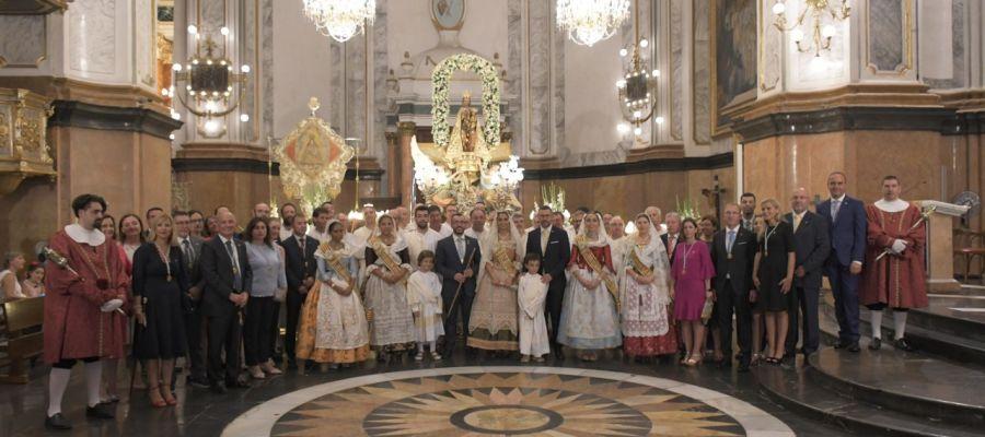 L´alcalde José Benlloch i la corporació municipal junt amb la reina Carmen Rubert i les dames de la Cort d´Honor.