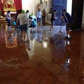 Un grupo de personas achicando el agua que entro en la Ermita de San Juan de Almagro