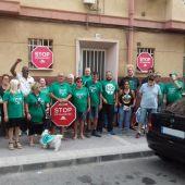 Integrantes de la PAH de Elche y el afectado por el desahucio paralizado en Carrús.