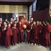 Ignacio Tricio con los futuros budistas