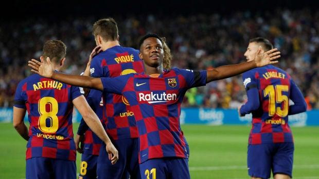 Ansu Fati celebra junto a los demás jugadores su gol con el Barça
