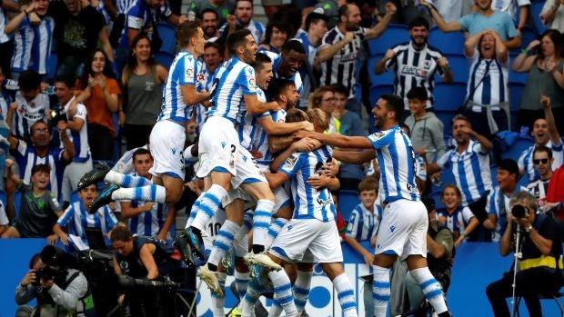 Los futbolistas de la Real Sociedad celebran el gol