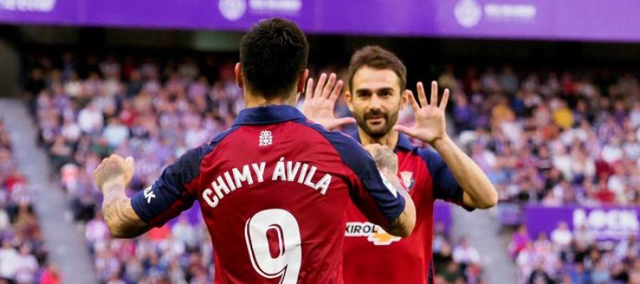 Los jugadores Osasuna Adrián López (d) y Chimy Ávila