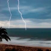 Dos rayos caen en el mar en Arenales del Sol de Elche.