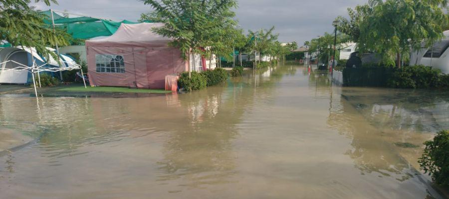Calles anegadas por el agua en el camping Marjal de Crevillent.