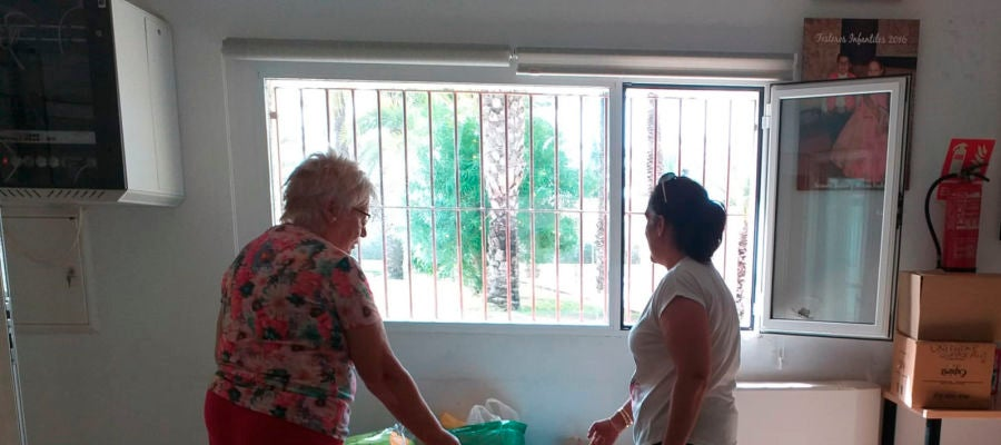 Recogida de ayuda en el centro social de La Hoya de Elche para los damnificados por la DANA en la Vega Baja.