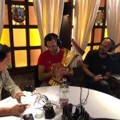 De la Morena y Rudy, con la Copa Mundial de Baloncesto.