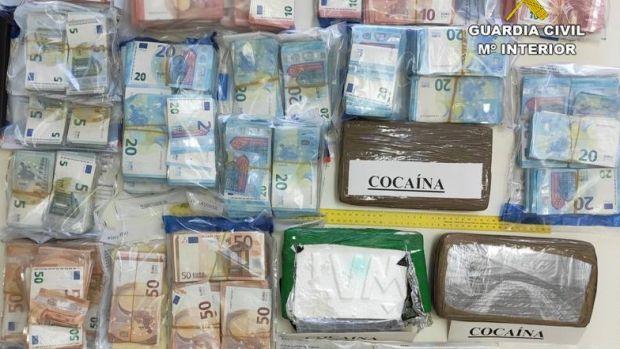 Dinero y droga inacutado por la Guardia Civil de Crevillent.