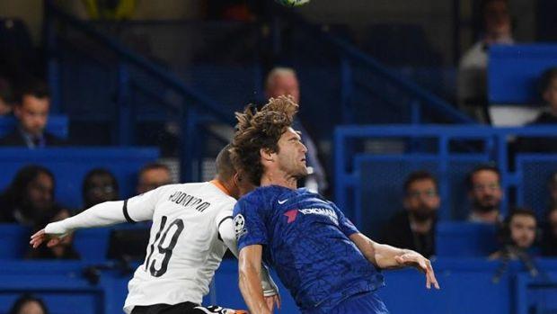 Rodrigo Moreno lucha con Marcos Alonso por un balón.