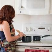 Una mujer preparando la comida en una cocina