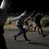 Personas haciendo la 'Naruto run' delante del Área 51
