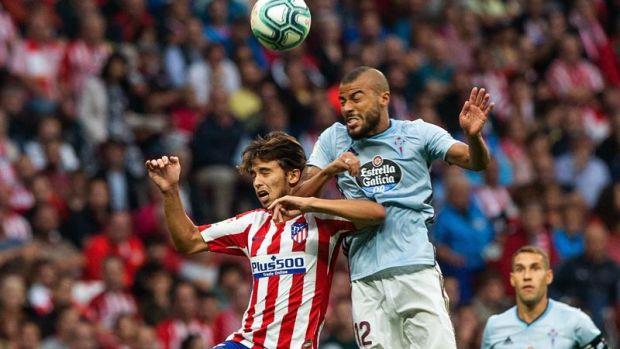 El jugador del Atlético de Madrid Joao Félix (i), disputa un balón con Rafinha Alcántara