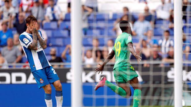 El jugador de la Real Sociedad Alexander Isak (d) celebra un gol durante el partido ante el RCD Espanyol,