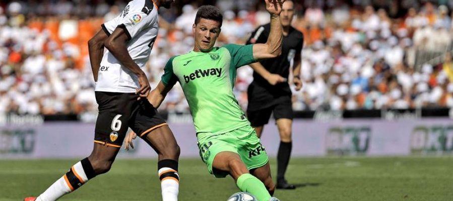 El jugador Kondogbia del Valencia, disputa el balón con el jugador Guido Carrillo del Leganés,