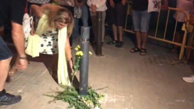 Los CDR de Terrasa homenajean a un bolardo derribado por los Mossos, pero se equivocan de poste