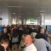 Pasajeros esperando para pasar los controles en el Aeropuerto de Palma.