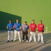 Los jugadores del Club Frontenis Elche Alfredo Garrido y Juan Carlos Soro, con camiseta roja, y los locales Sergi Sapiña y Jerónimo Benito, de azul.