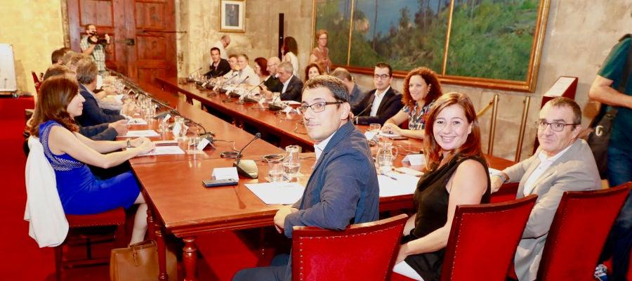 Iago Negueruela, Francina Armengol y Juan Pedro Yllanes, en la reunión con los agentes económicos y sociales para establecer medidas tras la quiebra de Thomas Cook.