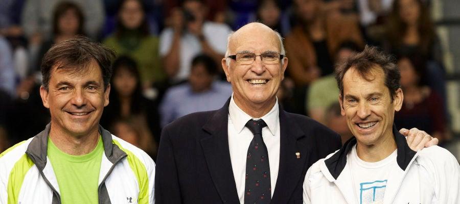 Andrés Gimeno, en el centro, posta junto a Emilio Sánchez Vicario y Jordi Arrese