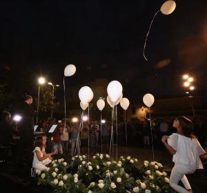 13 globos blancos recuerdan a las 13 víctimas de la torrentada en el Llevant de Mallorca, en el primer aniversario de lo ocurrido.