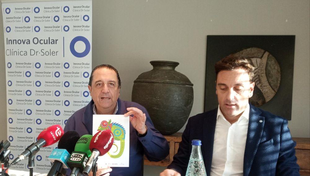 El doctor Fernando Soler sostiene un cartel en la rueda de prensa.