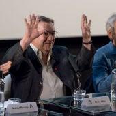Pedro Olea, rodeado por José Sacristán y Beatriz Herzog, durante su homenaje en la Academia de Cine