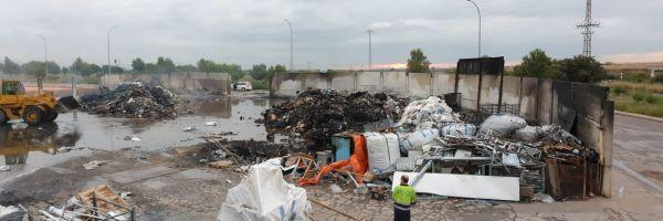 Imagen de la empresa de Betxí tras la extinción del incendio.