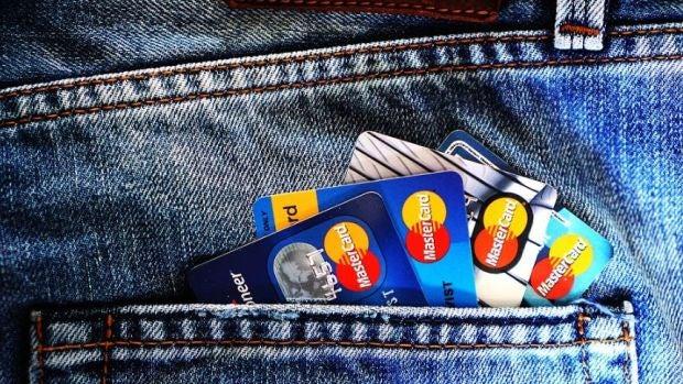 Un estafador memorizó los datos de la tarjetas de crédito de sus más de 1.300 clientes para luego robarles