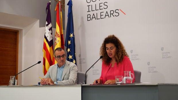 La Portavoz del Govern, Pilar Costa, en la rueda de  prensa tras el Consell de Govern con el Vicepresidente del ejecutivo, Juan Pedro Yllanes.