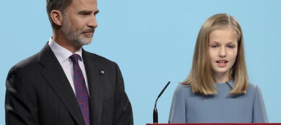 La princesa Leonor durante un discurso con el Rey junto a ella