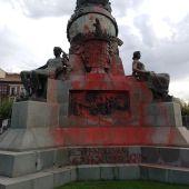 Pintadas en el monumento a Colón de Valladolid